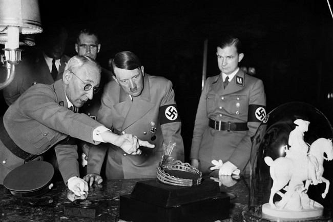 Hitler 2. Dünya Savaşı sırasında çok sayıda sanat eserini Almanya'ya taşıdı veya sakladı.