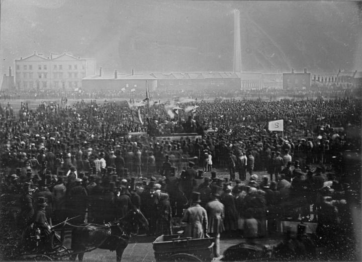 10 Nisan 1848 / Yüzlerce insan Londra'da Kennington Common'da toplandı. Fakat asker ve polis eşliğinde sessizce dağıldılar.