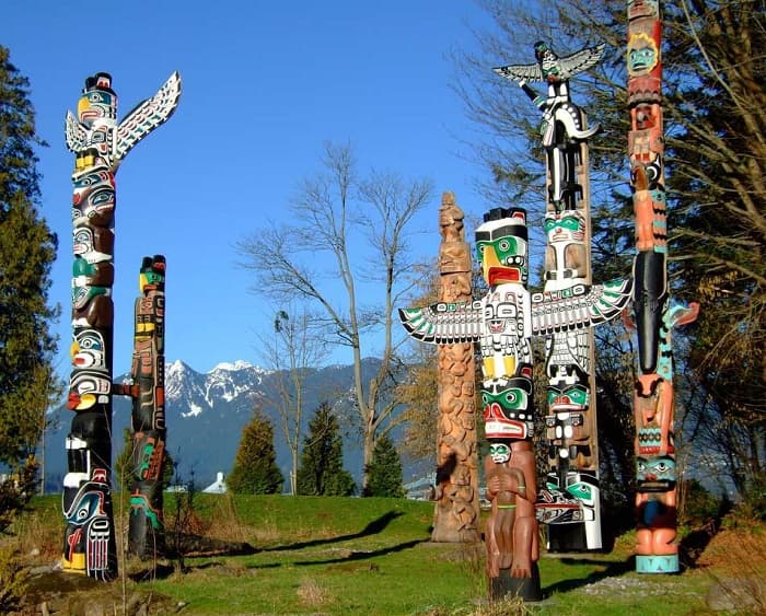 Kuzeybatı kıyılarındaki Amerikan Yerlilerinin boyadığı bir tahta totem direği.