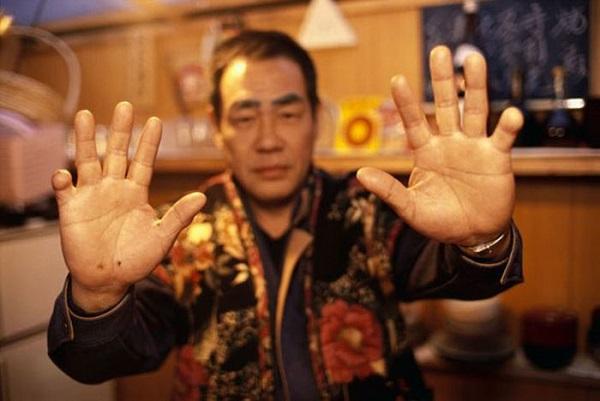 Eylül 1993 yılına ait bir fotoğraf. Hata yapan Yakuza parmağının bir eklemini keser ve oyabun'una (baba) gösterir.