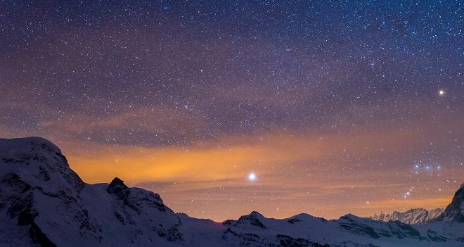 Sirius bulutsuz havalarda mavi tonda belirir