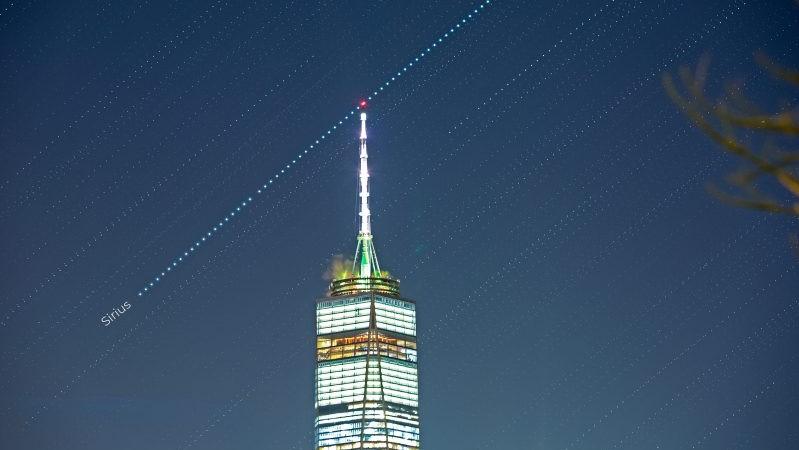 New York Özgürlük Kulesi'nin ucundan geçen yıldızın fotoğrafı.