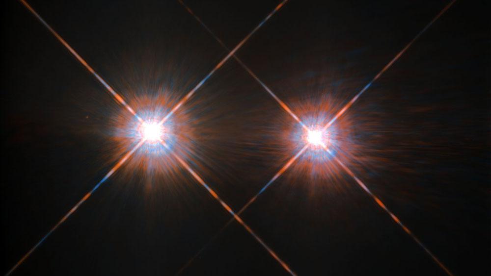 Sırasıyla Alfa Centauri A ve Alfa Centauri B yıldızları, ayrıca en solda Proxima Centauri  olarak da bilinen soluk kırmızı bir cüce Alfa Centauri C. (Fotoğraf: NASA Goddard)