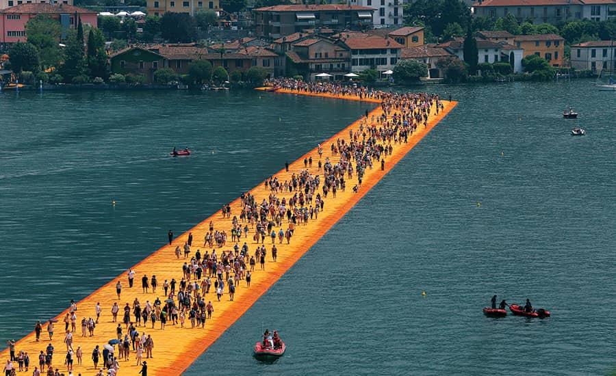 """İnsanların üzerinde yürüdüğü """"The Floating Piers"""" 2016'da İtalya'da inşa edildi."""