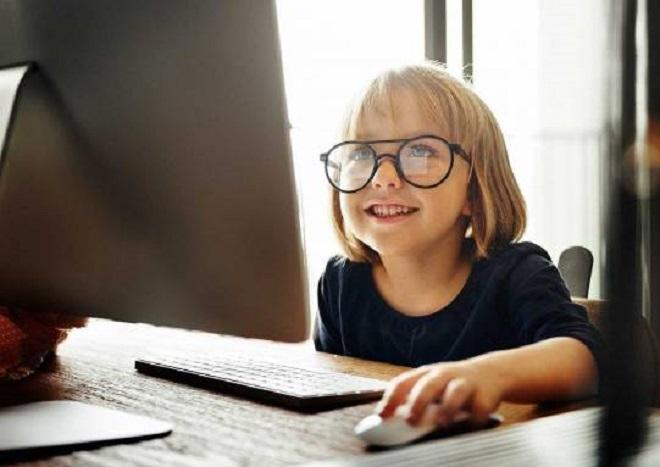 internet kullanan kız çocuğu