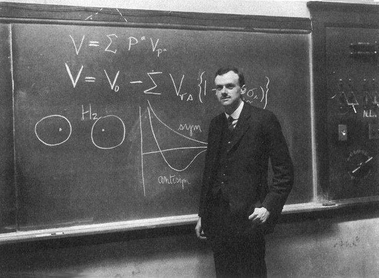 """İngiliz kuramsal fizikçi Paul Dirac kuantum mekaniğine geniş katkılar sağlamıştır. Özellikle ilkeleri içsel olarak tutarlı hale getirmek için gereken matematiksel kavram ve teknikleri formülleştirmesiyle bilinir. Paul Dirac, Erwin Schrodinger ile birlikte """"atom teorisinin yeni üretken formlarını keşfettiği için"""" 1933 Nobel Fizik Ödülü'ne layık görüldü."""