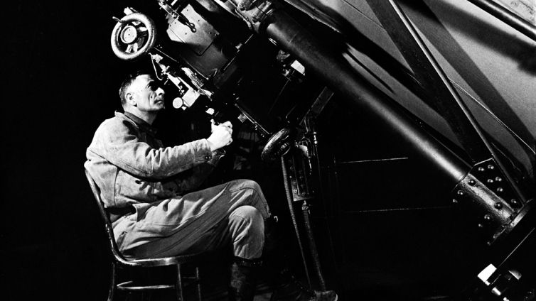 Edwin Hubble o zamanın en yeni teleskoplarından birini kullanırken.