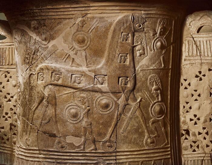Yunanlı kör şair Homeros içi boş atın ve içindeki silahlı savaşçıların hikayesini manzum olarak anlatmış, çömlekçiler de hikayeyi zengin sahnelerle canlandırmıştı
