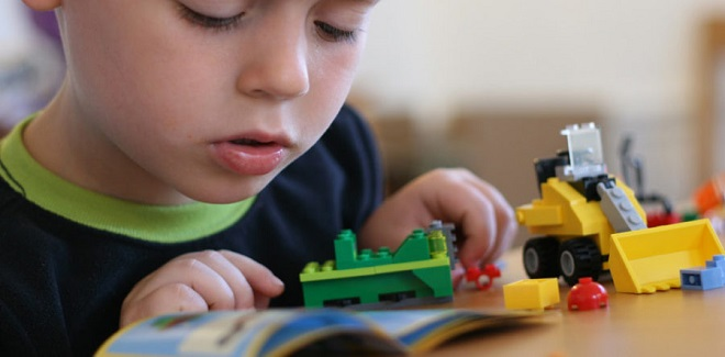 çocuk lego oynuyor