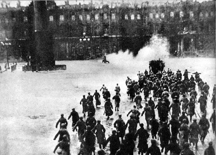 Bolşevikler çok geçmeden geçici hükümetin sığındığı Petrograd Kışlık Sarayı'na saldırdılar