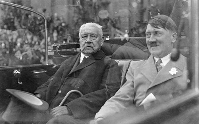 Yeni Şansölye Hitler Cumhurbaşkanı Paul von Hindenburg'un yanında Berlinlilerin önünden geçiyor / Naziler ve Hitler