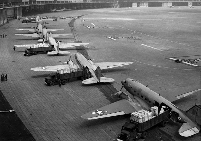 10 ay boyunca abluka sürerken, yaşamsal malzemeleri getiren uçaklar genç yaşlı tüm Berlinliler için günlük bir gösteri haline geldi. Bu süre için Müttefik uçakları 275000'den fazla uçuş yaptılar