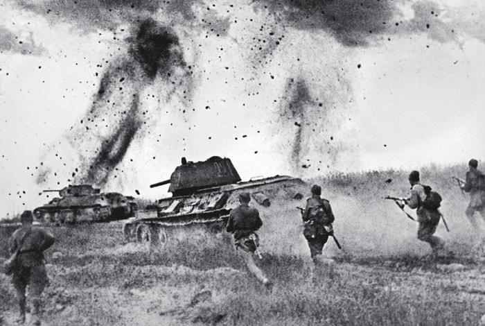 Kursk'taki çarpışmaya 6000'in üzerinde tank katıldı. Alman tanklarının ateş gücü daha üstündü ama Rus T-34'leri manevra yeteneklerini çok iyi değerlendirdiler