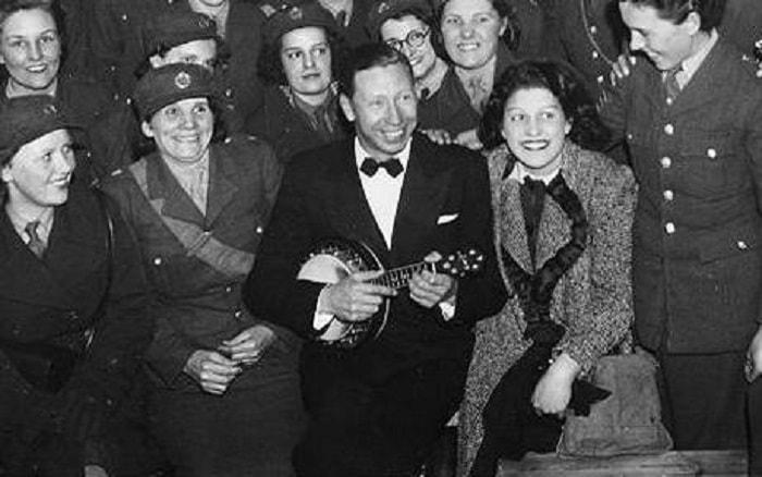 Birçok Londralı metro istasyonlarına sığınıyor ve sanatçı George Formby de bazen oralara uğruyordu. Londra'da hiçbir ev güvenli değildi, Buckingham Sarayı bile isabet almıştı