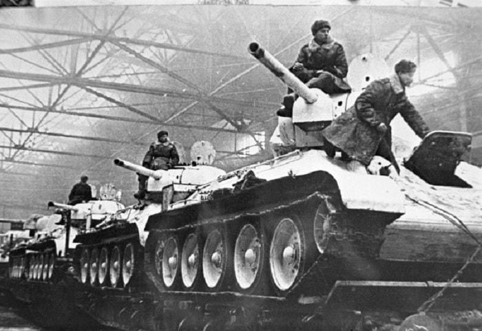 1942'de Rusya, Almanya'yı silah üretiminde geride bırakmış, demiryoluyla cepheye sürekli tank, silah ve donanım gönderiyordu