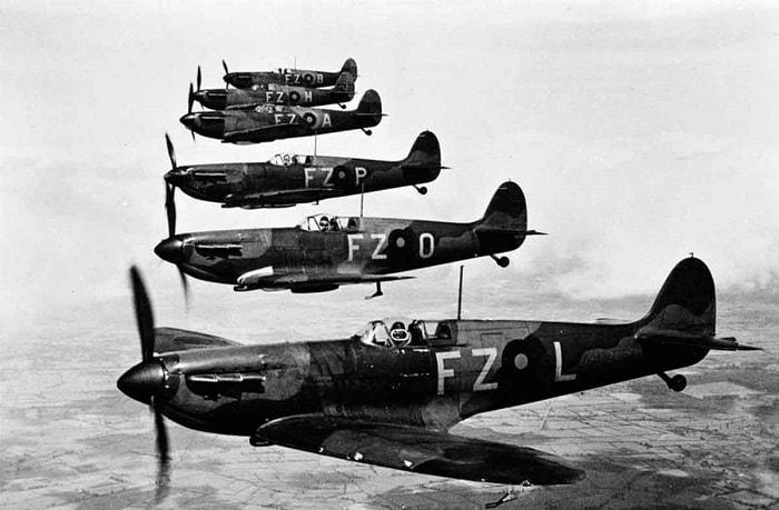 .Spitfires FZ-L, FZ-O, FZ-P, FZ-A, FZ-H ve FZ-B görülmektedir / Britanya Savaşı