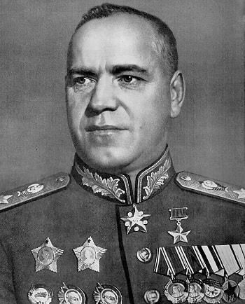 General Georgiy Jukov'un yeni koşullara uyum konusundaki becerileri, Stalingrad savunmasında çok önemli rol oynadı