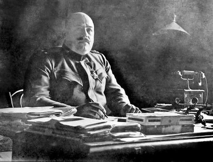 Albay Apis'in de, kurbanlarının pek çoğu gibi, sonu kötü oldu. 1917'de Sırbistan naip prensine suikast hazırlığıyla suçlanmıştı, bir idam mangası tarafından kurşuna dizildi