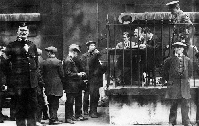 Londra'da gönüllü asker sıkıntısı yoktu. Gönüllüler Trafalgar Meydanı'ndaki özel ödeme bürosu önünde gönüllü askere kaydolma parası için kuyruğa giriyorlardı