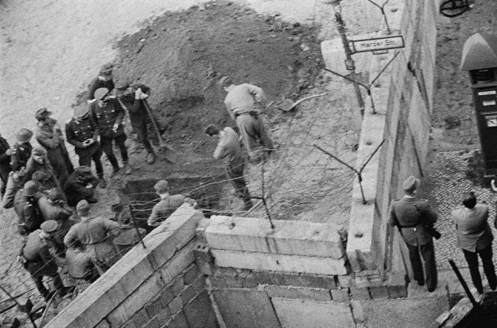 Batı'ya geçmeye çalışırken vurulanlar genellikle duvarcı ustaları olurdu. Bu fotoğrafta işçilerden biri için mezar kazılıyor