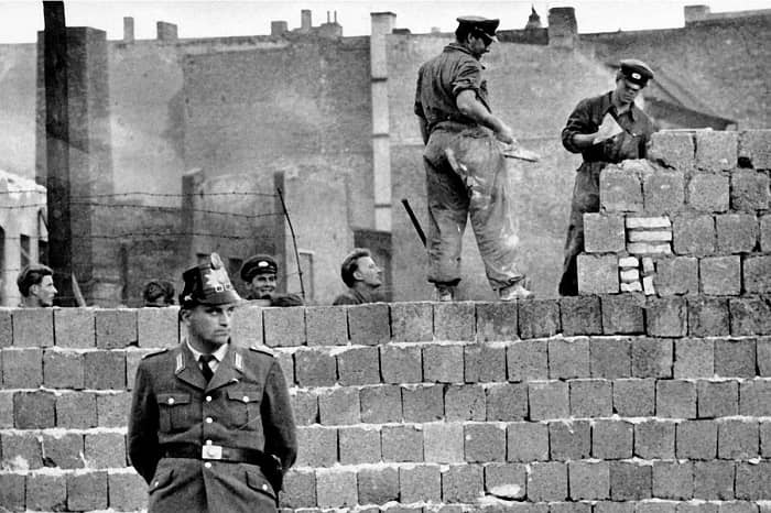Potzdamer Meydanı yakınlarında başlayan duvar inşaatında işçiler, askerlerin sıkı denetimi altında ilk sıraları örmeye başlıyor