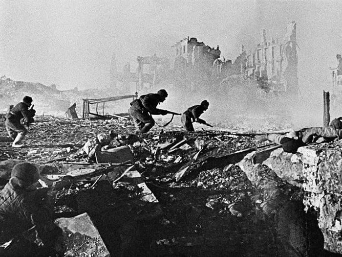 Ruslar her binayı bir kaleye dönüştürerek Almanları kentin her bir metrekaresini ele geçirmek için dövüşmeye zorluyorlardı. Sokakları dolduran molozlar bile keskin nişancılara siper görevi yapıyordu