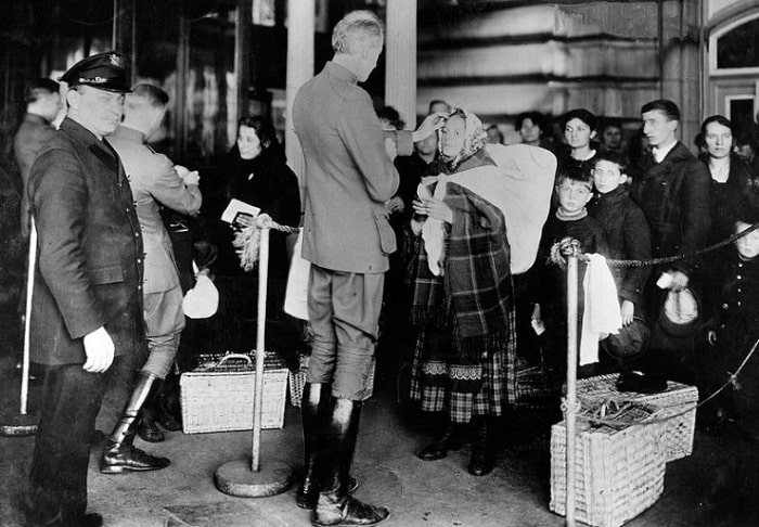 Göçmenler tek sıra halinde muayeneden geçiyor, görevli hekimler ciddi bedensel veya ruhsal hastalığı olanları geri yolluyordu