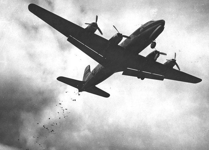 Amerikan pilotları hava köprüsü içindeki bir hava köprüsüyle Batı Berlin çocuklarına şeker ve sakız atıyorlardı / Operation Little Vittles