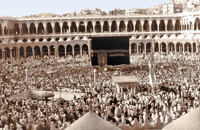 Her yıl hac zamanında milyonlarca Müslüman, Kabe'yi tavaf ederek hacı olur