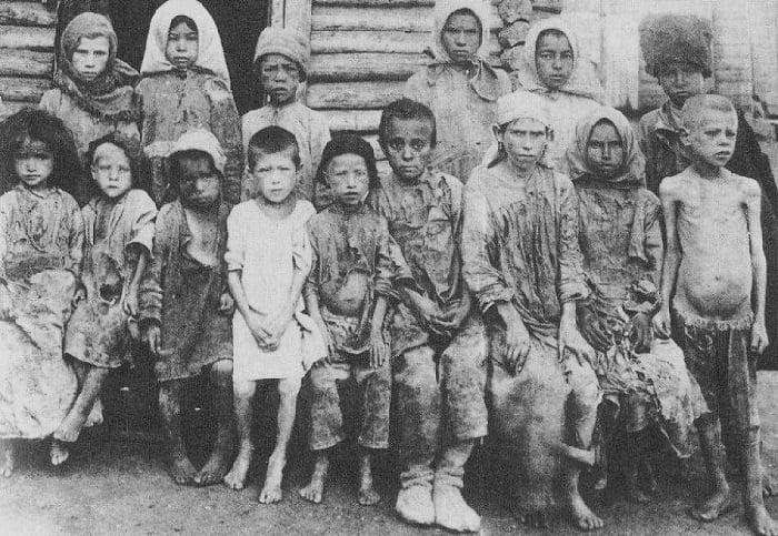 Ekim devrimi sonucu aç kalan Rus köylü çocukları.