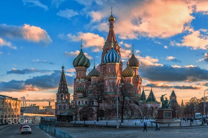 Korkunç İvan Tatarlara karşı zaferlerinin anısına Kızıl Meydan'ın güneyinde Vasili Blajenni Katedrali'ni inşa ettirdi.
