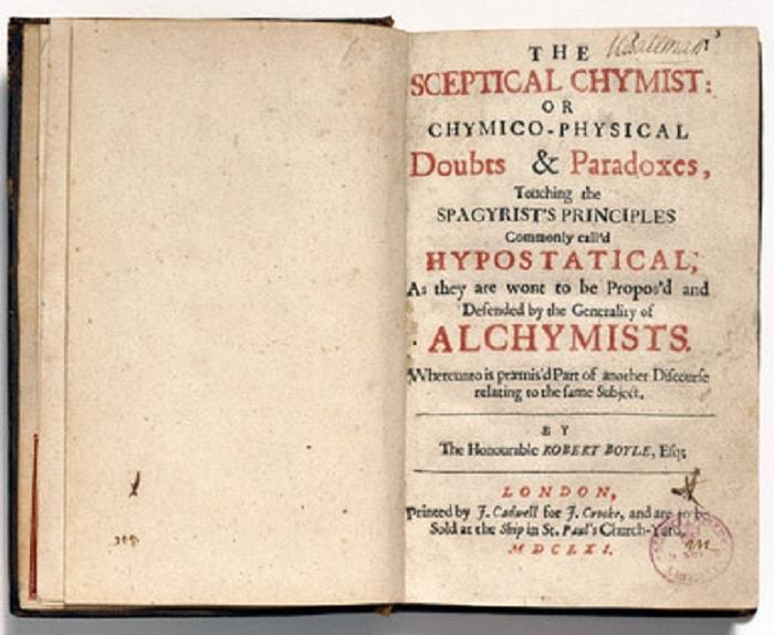 Boyle'ın pek çok kimyacının pratik meşguliyetlerini eleştirdiği ve deneylerinin ''Felsefi açıklaması'' için çağrıda bulunduğu çeşitli konular üzerine diyaloglar içeren 1661 tarihli The Sceptical Chymist adlı eserinin kapak sayfası.