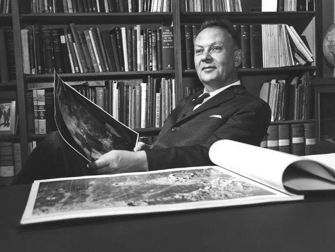Gerard Kuiper, Kuiper Kuşağı'nın varlığını teorileştiren birkaç bilim insanından biriydi. Bölge, Ken Edgeworth'un anısına Kuiper-Edgeworth Kuşağı olarak da adlandırılır
