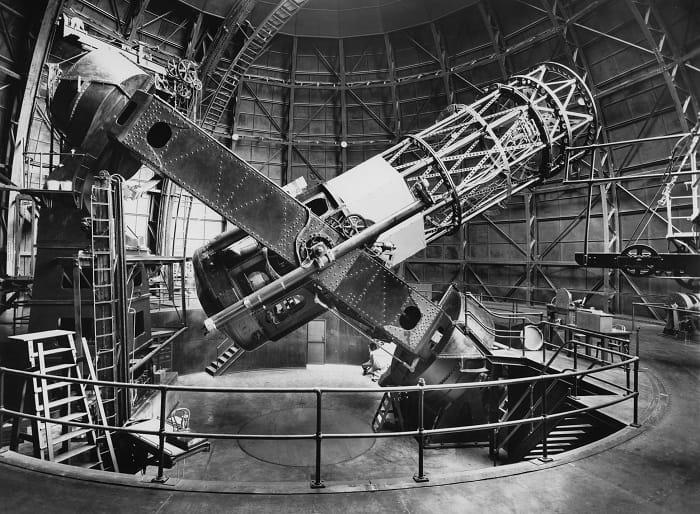 1917'de Kaliforniya'daki Wilson Dağı Gözlemevi'ndeki 100 inçlik Hooker yansıtmalı teleskobu. Hubble bu teleskobu 1929 yılında Evren'in genişlediğini keşfederken kullandı.