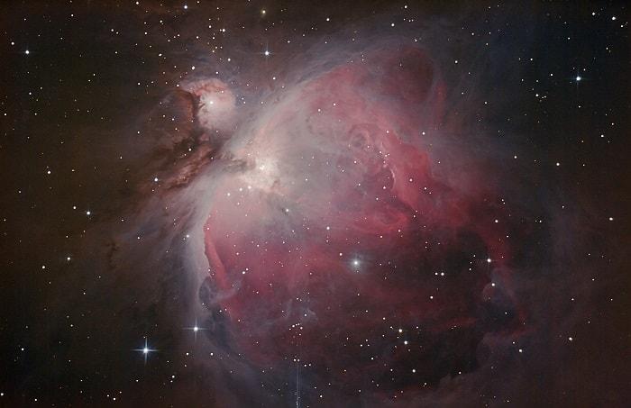 Dünya'dan 1.300 - 1.400 ışık yılı uzaklıktaki (Messier 42 diye bilinen) Orion Bulutsusu'nun Hubble Uzay Teleskobu'ndan çekilen görüntüsü. En parlak bulutlardan biridir ve gece gökyüzünde çıplak gözle görülebilir. 24 ışık yılı genişliğinde ve Güneş'in 2.000 katı kütlede olduğu tahmin ediliyor.