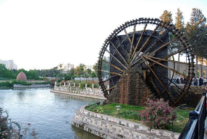 Suriye'nin Hama kentinde bulunan eski bir naura.  İslam mühendisliği adına sağlam kalabilen nadir su aletlerinden