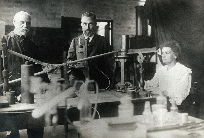 Pierre ve Marie Curie bu fotoğrafta radyoaktiviteyi ölçmekte kullandıkları kuvars basınç elektriği terazisi ve elektrometrenin başında görüntülenmiştir