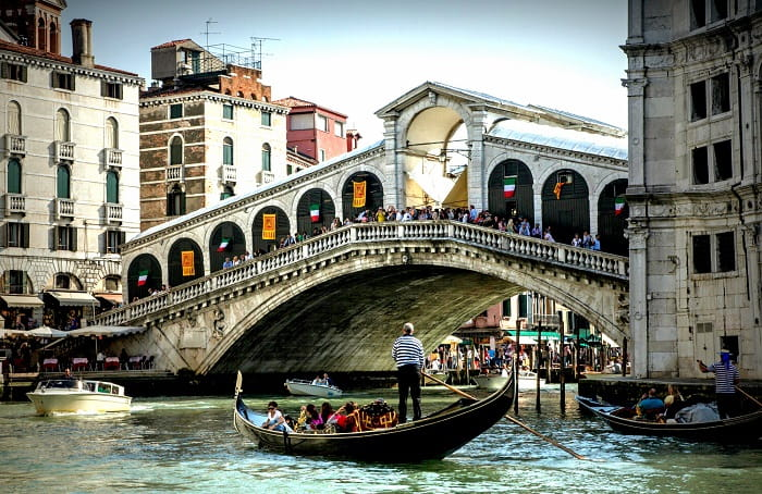 Rialto Köprüsü ilk kez inşa edildiğinde ahşap bir duba köprüsüydü. Yapı, 1255 ve 1264 yıllarında yeniden inşa edildi