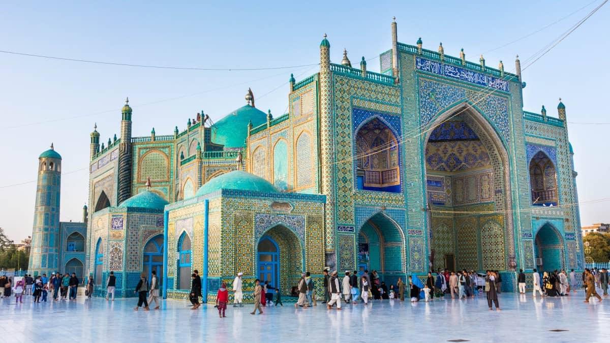 afganistan Mezar-ı Şerif insanlar etrafında yürüyor