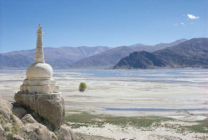 Budistlerin ibadet yeri olan bir Stupa, Yarlung Tsangpo Nehri'ne bakıyor