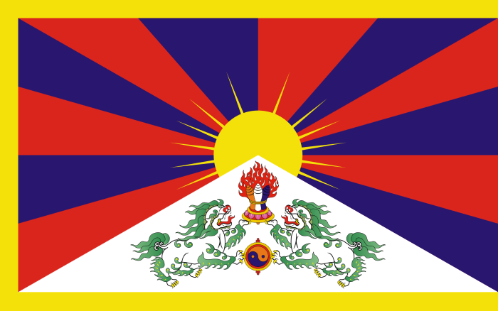 Tibet bayrağında 12 ışın Tibet kabilelerini, beyaz üçgen Himalaya dağını, sarı çerçeve Budizm'in yayılışını, iki kar aslanı ruhani ve dünyevi liderin harmonisini ve Güneş özgürlüğü simgeler ve mutluluğu simgeler