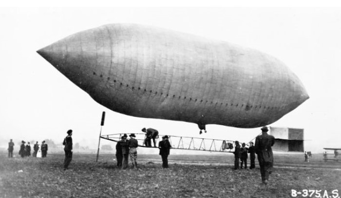 abd zeplin işinde: Gözüpek pilot Lincoln Beachey, 1904 St. Louis Fuarı'nda Thomas Scott Baldwin'in zeplinini inceliyor