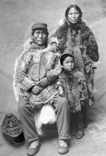 20. yy başlarında bir Eskimo ailesi, Kanada kuzey kutbu