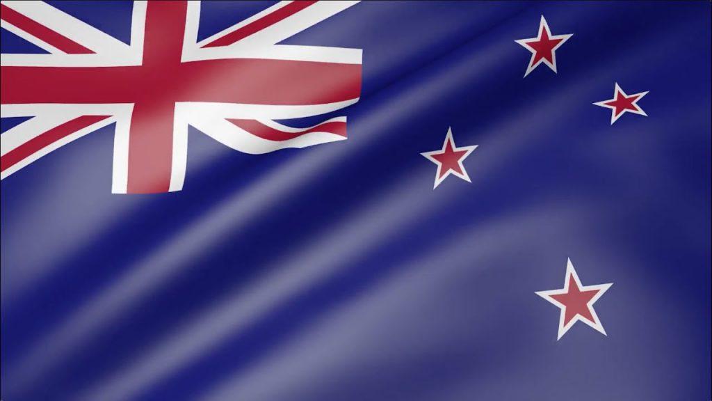 Yeni Zelanda bayrağı 1869'da kullanılmaya başlandı ve ilk kez 1902'de ülkenin resmi bayrağı haline geldi. Birçok Britanya kolonisi gibi mavi arka plana sahip ve yıldızları ise Güney Haçı takımyıldızını simgeliyor.