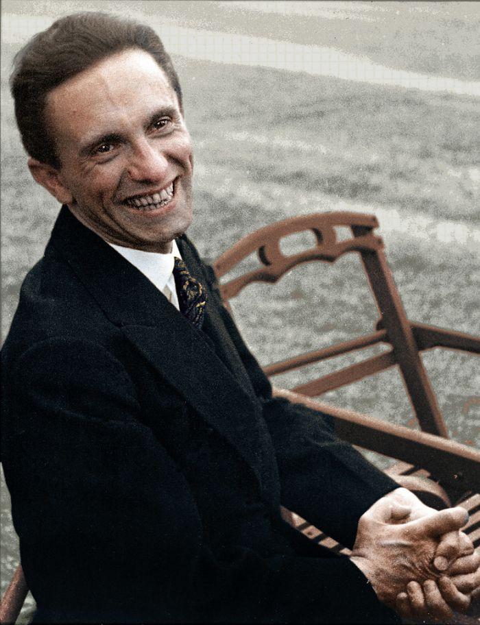 Joseph Goebbels, kısa bir süre içinde Alman halkı arasında Hitler kültünü inşa etti.