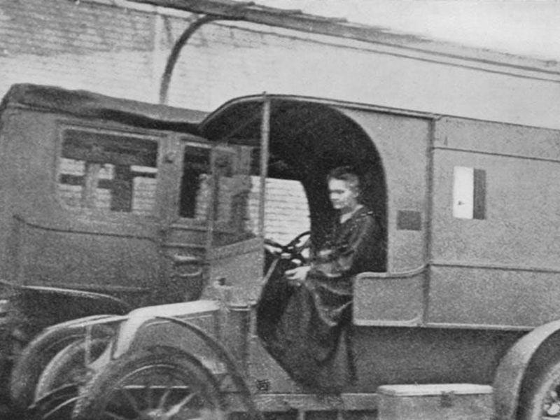 Marie Curie 1. Dünya Savaşı'nda gönüllü ambulans sürerken.