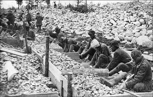 Bu kamplarda akrabalarını kaybeden yüz binlerce insan küçük düşürüldü / Gulag