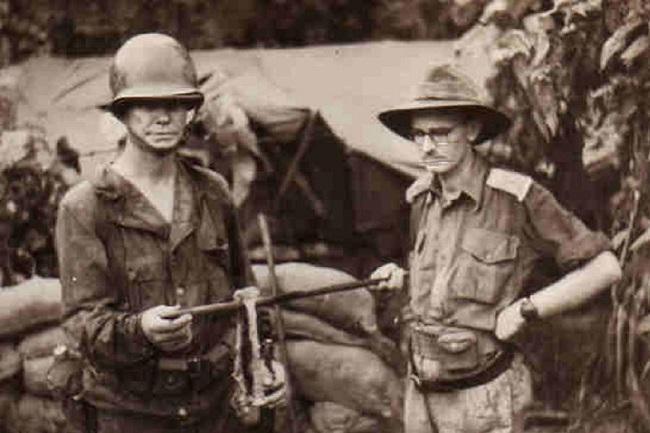 İki Avustralya askeri, bir Japon kampından çıkarılan insan kalıntılarıyla poz veriyor.