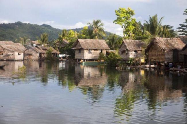 Solomon Adaları'nda sütunlar üzerine dikilen evler.