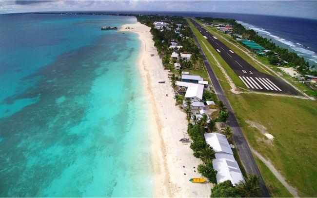 Tuvalu'nun alçak plajları.